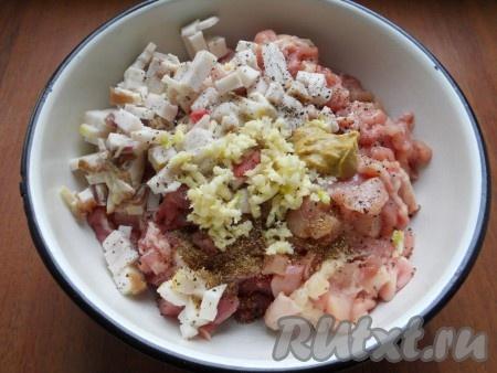 Добавить нарезанное мелкими кубиками свиное сало, пропущенный через пресс чеснок, соль, перец, кориандр и горчицу.