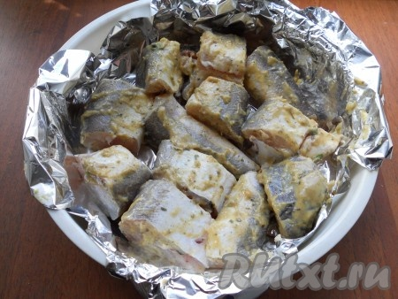 Рыбу нарезать кусочками (я готовила с костями, можно использовать рыбное филе). Смазать кусочки рыбы подготовленной горчичной смесью, выложить их в контейнер для готовки на пару, застеленный фольгой. Влить немного растительного масла.