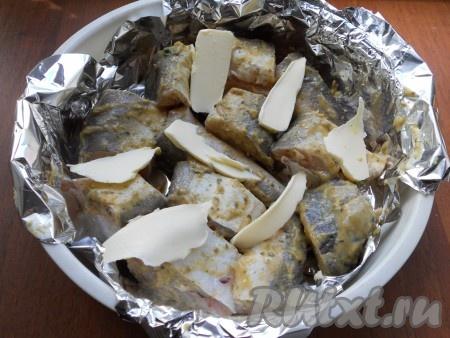 Кусочки рыбы должны быть уложены плотно друг к другу. На рыбу выложить кусочки сливочного масла.