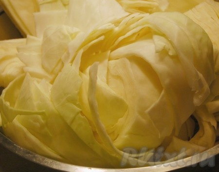 Очистить кочан капусты и промыть в холодной воде. Нарезать крупными кусками.{amp}#xA;