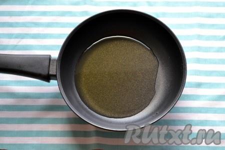 На разогретую сковороду вливаем немного подсолнечного масла и хорошо его прогреваем.
