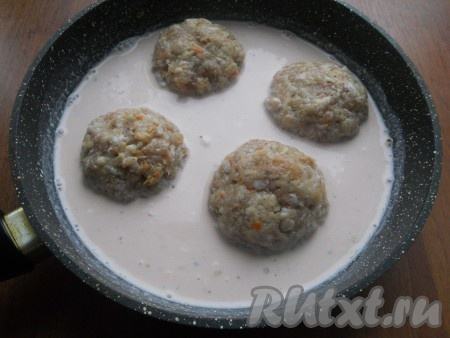 Таким образом сформировать все тефтели и поместить их в сковороду в подготовленный соус.{amp}#xA;