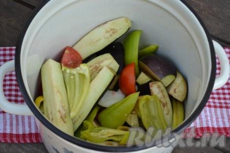 Сложить все овощи в кастрюлю, влить уксус и растительное масло, добавить соль.