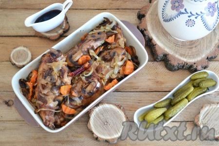 В форму для запекания выкладываем часть грибов с овощами, затем - обжаренные куски мяса, а сверху - оставшиеся грибы с овощами. Вливаем 2/3 стакана воды. По желанию, для пикантной нотки, добавляем острый перец.