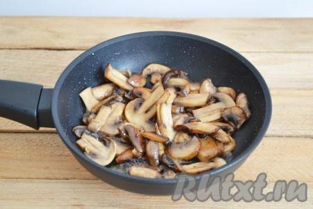 Шампиньоны нарезаем на пластины и обжариваем на растительном масле до испарения жидкости из грибов. В процессе жарки шампиньоны должны приобрести красивый золотистый цвет.