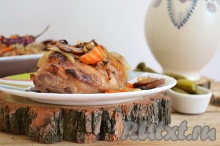 Сочное, вкусное мясо кролика с грибами достаём из духовки и подаём к столу в горячем виде.