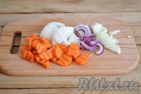 Полукольцами нарезаем лук и морковь.
