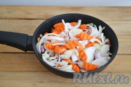 Добавляем лук и морковку в сковороду к грибам.