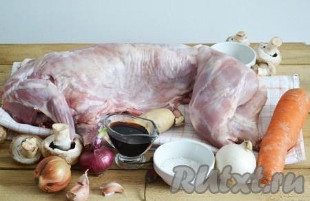 Подготовим все необходимые ингредиенты для приготовления кролика с грибами в духовке.
