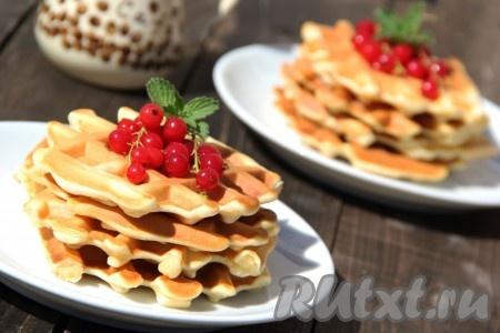 Наивкуснейшие венские вафли, приготовленные в электровафельнице, подать с пылу с жару, полив сиропом и украсив свежими ягодами.