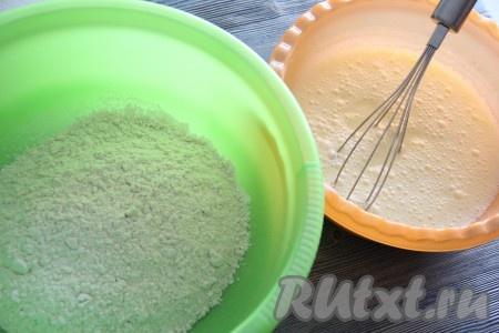 В глубокую миску просеять муку, добавить соду, соль и разрыхлитель.