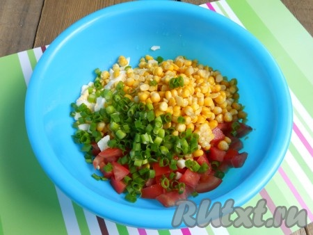 Добавить к яйцам и помидорам измельченный зеленый лук и консервированную кукурузу.