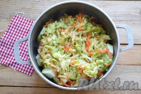 Морковь и капусту выкладываем к картошке и кабачкам.