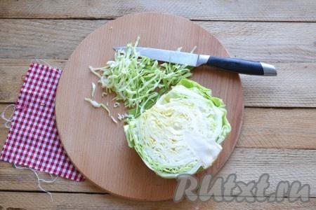 На сковороде разогреваем немного масла, выкладываем тонко нашинкованную капусту, обжариваем её несколько минут, не забывая иногда помешивать.