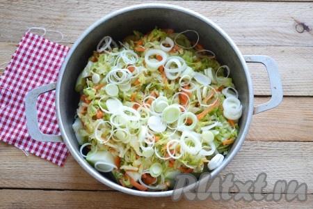 Лук порей нарезаем кольцами и добавляем в кастрюлю к овощам.