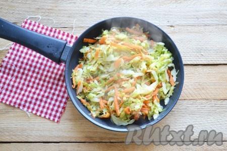 Затем добавляем морковь, нарезанную соломкой, и, помешивая, доводим до мягкого состояния овощей.