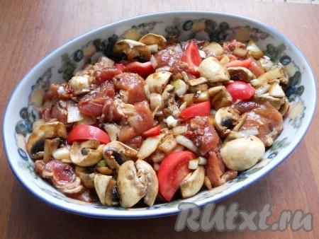 Также добавить растительное масло, паприку и влить соевый соус. Все тщательно перемешать и выложить в подходящую форму для запекания. Помидор нарезать дольками и разложить между мясом.