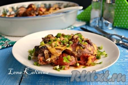 Необычайно вкусное и ароматное мясо с шампиньонами, приготовленное в духовке, подать к столу в горячем виде с овощным салатом или другим гарниром.