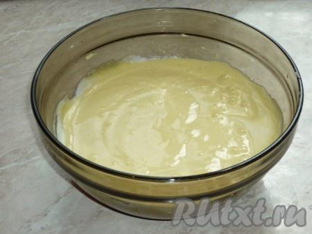 Соду погасить уксусом и отправить к яичной массе. Сливочное масло растопить, охладить и вылить к остальным ингредиентам. Всё перемешать.