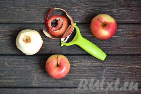 Яблоки моем, очищаем кожуру.
