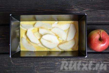 Вливаем половину теста в форму для выпечки при желании форму для выпечки можно смазать маслом, чтобы выпечка не пристала к форме) и выкладываем половину яблок.