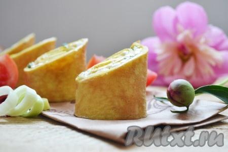 Нарезаем на небольшие кусочки и подаём аппетитные, вкусные рулеты из омлета с плавленным сыром к столу.