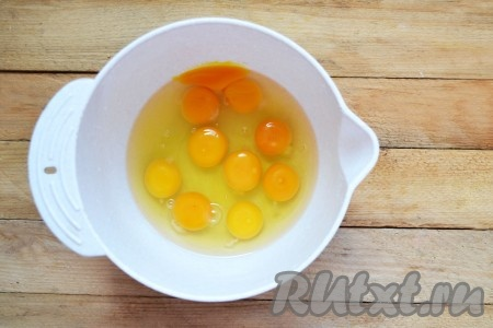В миску вбиваем куриные яйца.