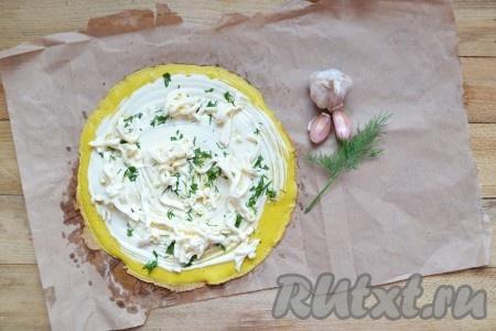Натертый плавленный сыр выкладываем сверху вместе с измельченным укропом и чесноком.