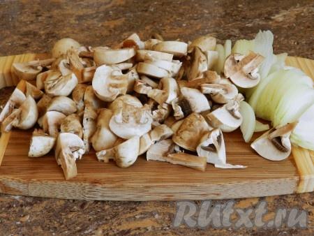 Вторую луковицу и грибы нарезать.