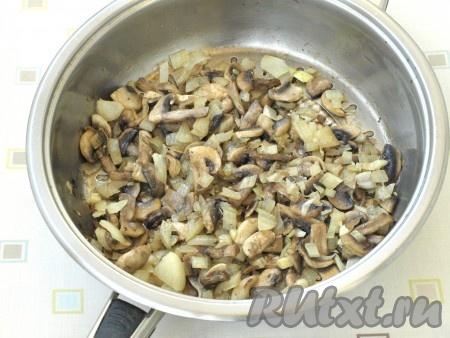 Шампиньоны вымыть и промокнуть салфетками, очистить лук. Нарезать шампиньоны пластинками, лук - кубиками. Обжарить вместе грибы и лук на подсолнечном масле, иногда помешивая. Когда шампиньоны станут золотистого цвета, посолить, поперчить и снять с огня.