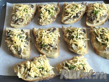 Посыпать сверху бутерброды с шампиньонами измельчённой петрушкой и оставшимся сыром.