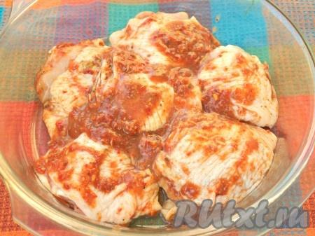 Спустя это время, выложить кусочки курицы вместе с соусом в форму для запекания, смазанную подсолнечным маслом, отправить на 30-35 минут в духовку, разогретую до 200 градусов. Несколько раз в процессе запекания полить мясо выделившимся соком.