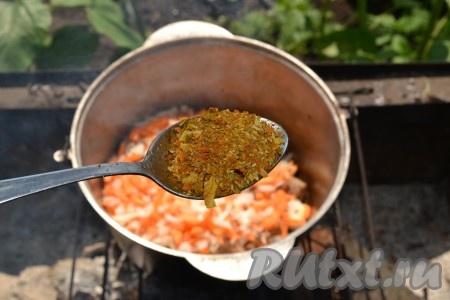Всыпаем в котелок соль и специи для плова. Все перемешиваем и вливаем воду. Томим на мангале до приготовления мяса. Мясо не должно быть жестким, должно легко жеваться.