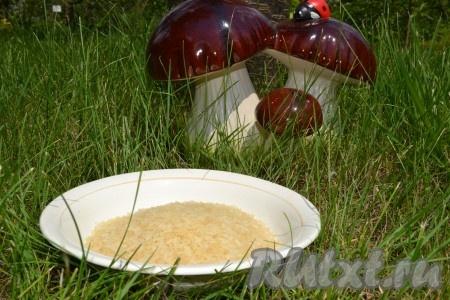 Рис необходимо промыть в нескольких водах. Вода после последнего сливания должна быть прозрачной.