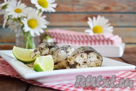 Выкладываем рыбку на блюдо и подаем на стол. Она прекрасна и в холодном виде. Сочная, пряная рыбка с легкой кислинкой - это божественно вкусно.