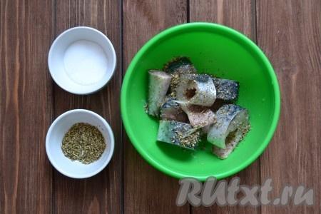 Солим скумбрию, добавляем смесь трав, перемешиваем аккуратно, чтобы все кусочки хорошо обвалялись в специях.