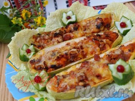 Кабачки и куриное филе - прекрасное сочетание. Блюдо, приготовленное по этому рецепту, получается и вкусным, и сытным. Подавать можно и в тёплом, и в холодном виде.