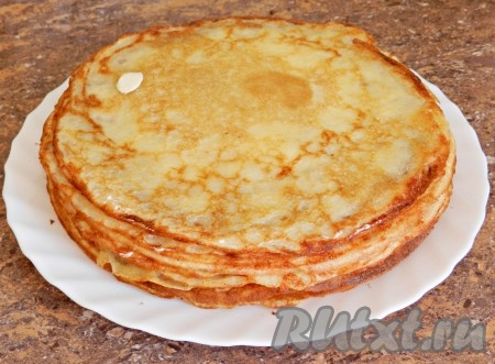 Готовые блины складывать стопкой и смазывать сливочным маслом (по желанию).