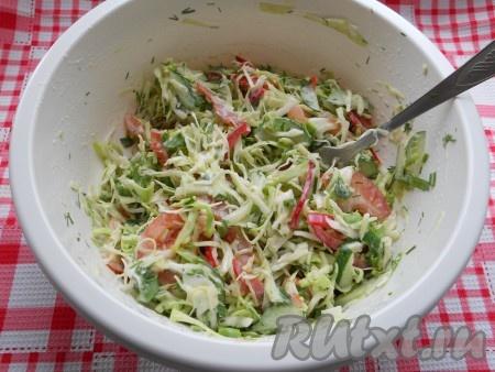 Тщательно салат перемешать и, если нужно, досолить.
