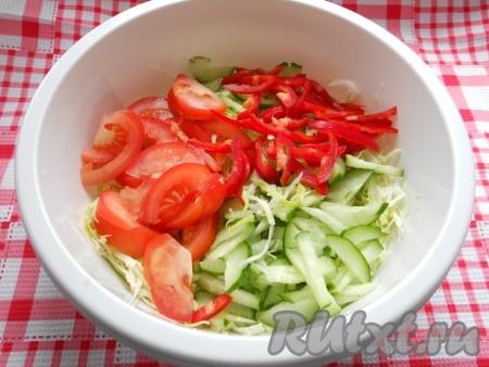 Добавить к молодой капусте нарезанный кусочками огурец, дольками - помидоры и соломкой - болгарский перец.