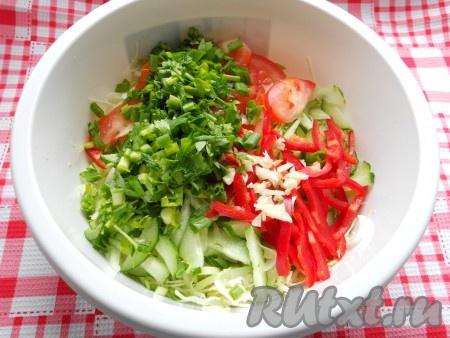 Также добавить в салат измельченную зелень побольше) и измельченный молодой чеснок.