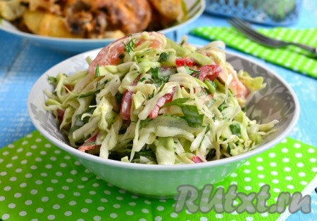 Вкуснейший, свежий, хрустящий салат из капусты с болгарским перцем выложить в салатник и сразу же подать к столу!