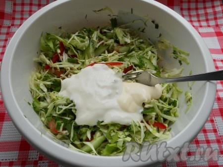 Добавить майонез и сметану в салат из свежей капусты, болгарского перца, помидоров, огурцов, чеснока и зелени.