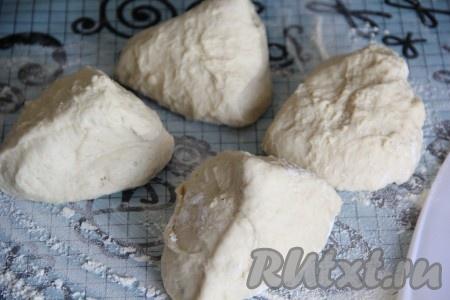 Дрожжевое тесто разделить на 4 части (в результате у нас получится 4 хачапури с сыром).