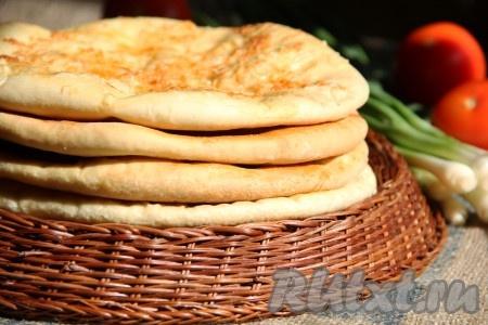 Подать аппетитные, очень вкусные хачапури с сыром, приготовленные из дрожжевого теста, горячими к столу.