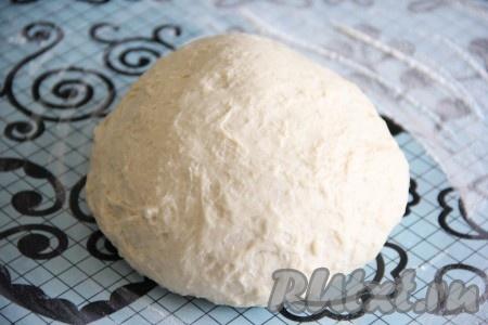Готовое тесто выложить на припыленный мукой стол или на силиконовый коврик и хорошо обмять.
