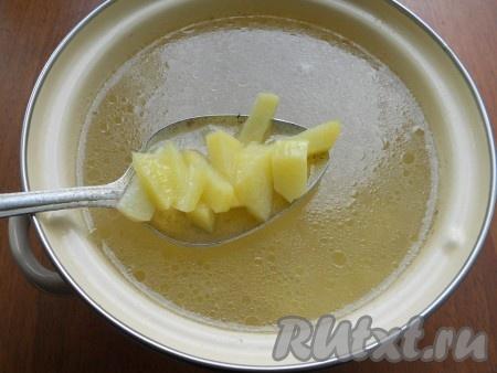 В бульон выложить очищенный и нарезанный кусочками картофель. Варить картошку на небольшом огне до готовности (минут 25).