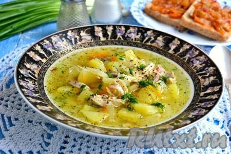Готовый очень вкусный картофельный суп с курицей разлить по тарелкам, немного поперчить, посыпать зеленью и подать к столу.