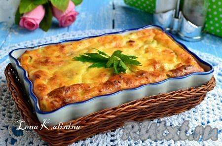 Подать необычайно нежную и вкусную запеканку из кабачков с брынзой к столу в теплом виде со сметаной, свежими овощами или любимым соусом.
