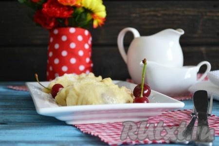 Готовые вареники с вишней, приготовленные на пару, выкладываем на блюдо и посыпаем сахаром.